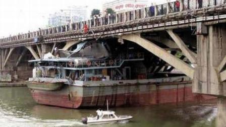惊险! 趸船因断缆漂航 撞上外滩大桥被卡
