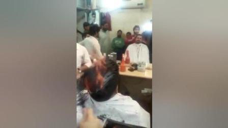 印度理发哥点火烧头发做发型, 这等操作厉害了