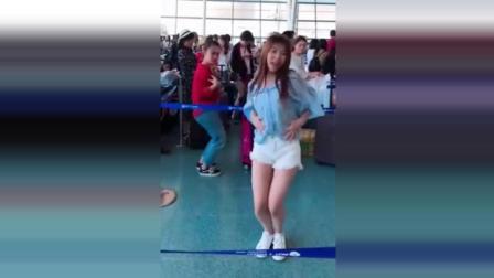 姑娘在车站跳海草, 没想到竟然被红衣服女孩抢了镜