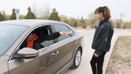 小伙子开豪车, 偶遇老同学, 刚开始狗眼看人低, 后来笑脸相迎