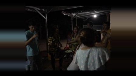 陆哥带你看老挝 第128集 老挝美女抱着熟睡的孩子边喝啤酒边跳舞