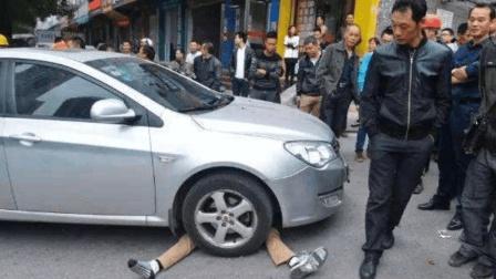 男子路口碰瓷本想讹一笔, 没想到遇上了女司机, 结局老惨了!