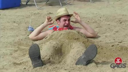 我只是想和美女来个沙滩浴, 你们这样踩踏我会吓到她的。