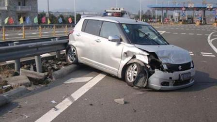 """高速路上匝道口, 驾驶员随意变道停车 , 结果把自己送入""""虎口"""""""