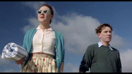 《布鲁克林》  罗南约会格里森 海边嬉戏感情升温