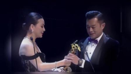 52岁刘嘉玲为古天乐颁奖肩带滑落, 古天乐的眼神被称赞!