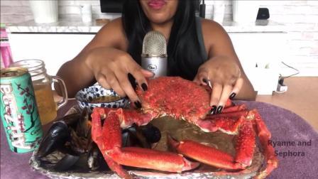黑人美女直播吃帝王蟹, 蟹腿都有手臂这么粗, 几分钟就吃完了, 你能做到吗