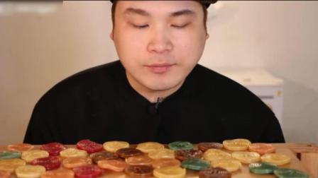 韩国小哥吃超级难嚼的甘草卷橡皮糖, 这东西好吃吗?