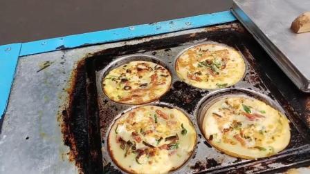 印尼街头的迷你披萨, 搭配各种酱料, 感觉比必胜客的还好吃!