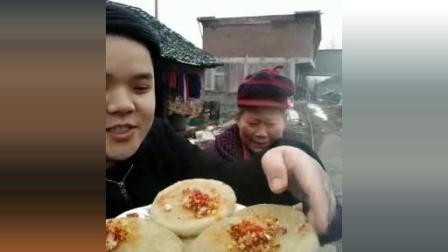 小伙子和奶奶吃湘西特产糯米糍粑, 最喜欢糍粑里面放点酸菜一起吃