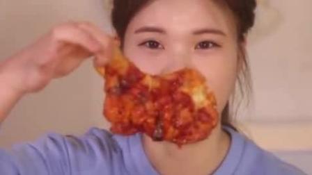 韩国美女吃货, 吃盒饭都吃的这么香, 细嚼慢咽, 这声音听着真舒服