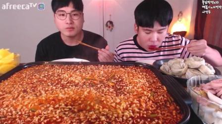 【韩国吃播】豪放派吃播Donkey兄弟吃火鸡面汤面、辣年糕、饺子、甜点。有食欲