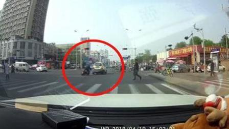 小车闯红灯刮倒电瓶车 驾车径直逃逸