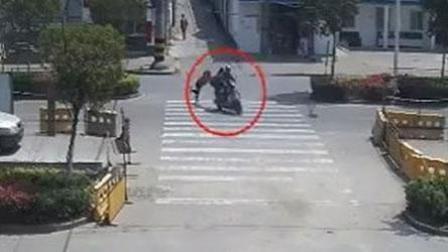 一对男女用假币被识破后逃跑 开摩托车拖行店主