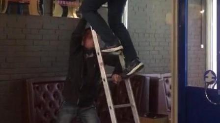 简直暴力! 看战斗民族是怎么用梯子的