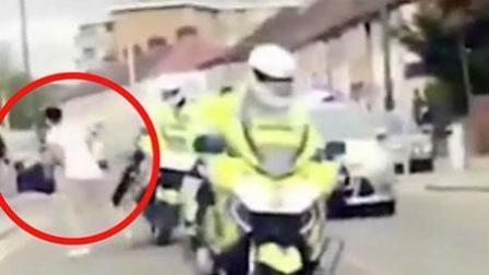 英国一男子戏弄警察 将摩托上警察推翻在地