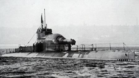 100年前的英国武器多奇特, 直接把战列舰的巨炮安装到潜艇上