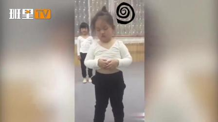春困还得上舞蹈课, 只能站着睡啦, 心疼这位小姑娘1秒钟!