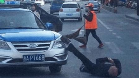 男子碰瓷出租车, 称不给2000元就别想过去, 谁知司机直接往男子脸上踢了一脚