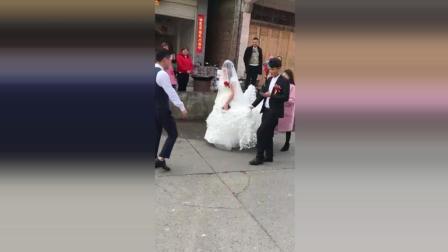大喜日子媳妇被人整了都只顾玩手机, 这样的男人是怎么娶着媳妇的