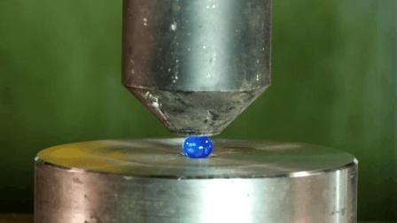 把水精灵放在液压机下面会发生什么? 镜头记录下真实一切!
