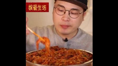 好美味的辣炖粉条,小哥吃的津津有味,吃的太香了