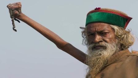 印度僧人为了成仙, 竟举起手臂40多年不放下, 手臂已坏死变成木棍