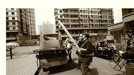 中润文海溪畔小区清理楼道杂物