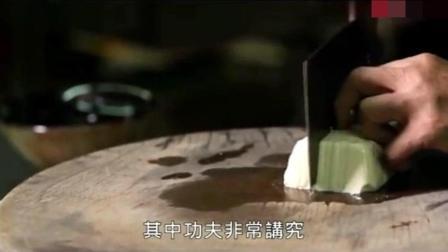 内酯豆腐切成头发丝大小, 滚水轻轻一烫, 淮扬名菜文思豆腐!