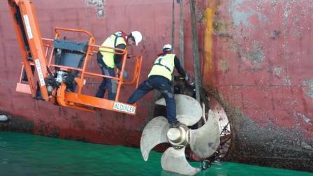 实拍百万吨巨轮更换侧推器全过程, 这工作要求太高看着都累!