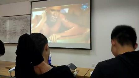 上课老师说放松一下, 放视频, 结果同学就放了……
