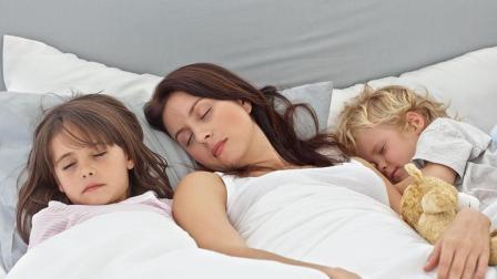 男孩14岁依旧跟妈睡, 真是苦坏了爹, 这个年龄与孩子分房睡最合适