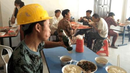 农民工中午都到这儿吃饭, 一瓶啤酒解渴, 两个小菜吃饱, 还便宜
