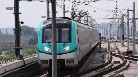 南京地铁机场线S1列车驶入正方中路站