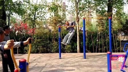 大练单杠双力臂七旬老大爷方法独特-万寿路公园