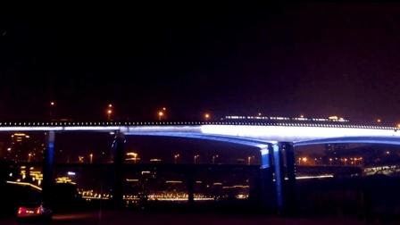 外地游客赏山城夜景 抓拍到神奇一幕