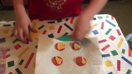 外国小朋友饿了自己在家做饭吃, 满满一盘美味的意大利辣味香肠!