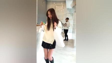 本想在同事面前秀段尬舞, 结果老板娘出现了