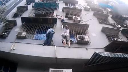 男孩翻窗被困 民警徒手爬墙成功救援