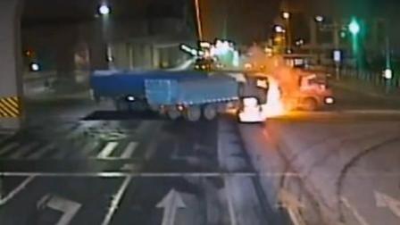 货车深夜疯狂闯红灯被撞 油箱瞬间爆燃