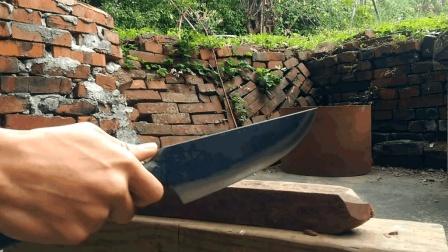 """""""铁碳合金""""锻造出炉的一把手措, 连续劈砍测试, 完美过关"""