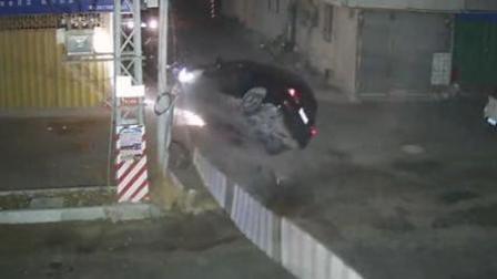 小车撞断电杆360度翻滚 过路男子将司机拽出