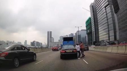 奔驰司机拼命变道 被货车司机追打