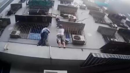 """7岁男孩""""越狱""""被困 还原民警徒手爬墙救援"""