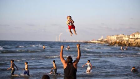 印度怪异风俗, 他们将婴儿从20米高空扔下, 为了祈求来年健康