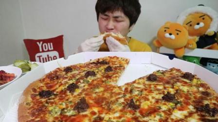 韩国吃货花猪吃超大号大王烤肉披萨+泡菜+拌桔梗, 嘴巴塞满满的还强塞