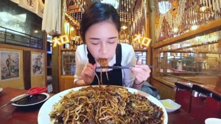 大胃王美女吃四人份炸酱面, 这盘子比脸盆还大!