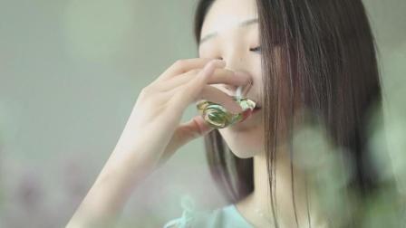美女茶友教你鉴别好春茶, 嫩绿鲜茶喝进嘴里, 整个人都放松了