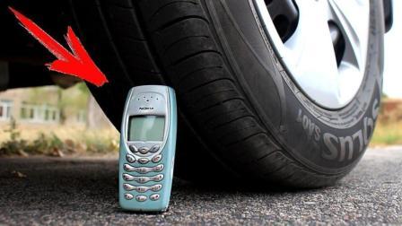 用汽车压老款手机, 会发生什么事?