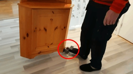 男子自制搬家小工具, 一个人能轻松搬走柜子, 太实用了
